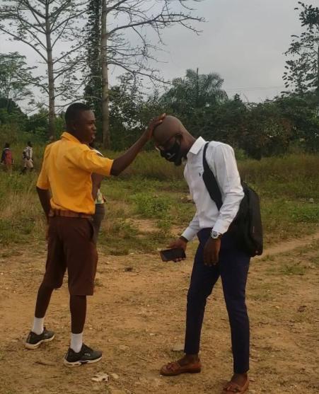 Teacher Kwadwo spotted with 'Sakora' head in school after his dreadlocks - Video