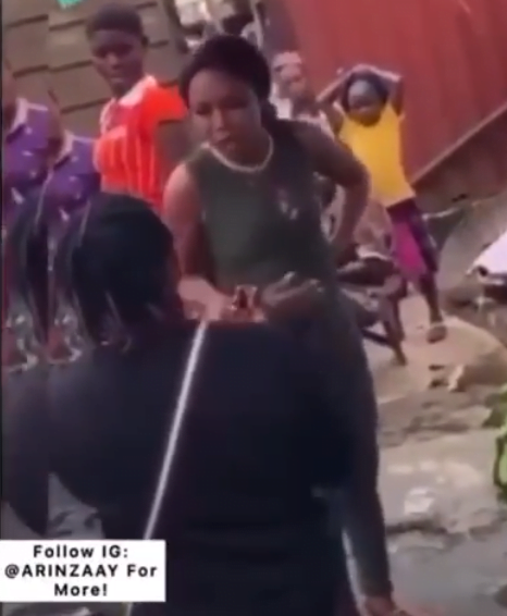 Lady embarrasses and slaps boyfriend for proposing to her in a market - Video