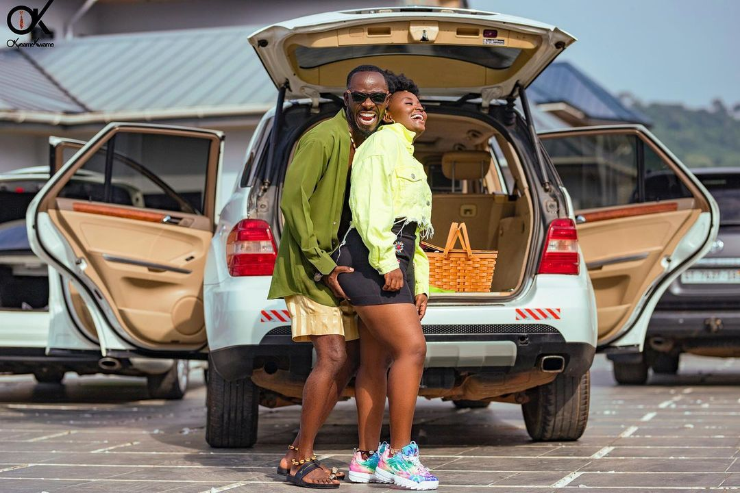 Okyeame kwame grabs the a$$ of his wife in a new photo circulating on social media. 2