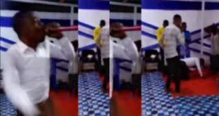 Ghanaian pastor suddenly d!es while leading a prophetic session in church - Video 19
