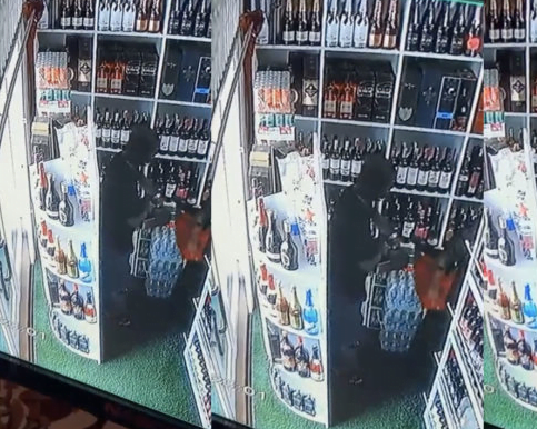 CCTV camera captures mother and son stealing in a wine shop - Watch 2