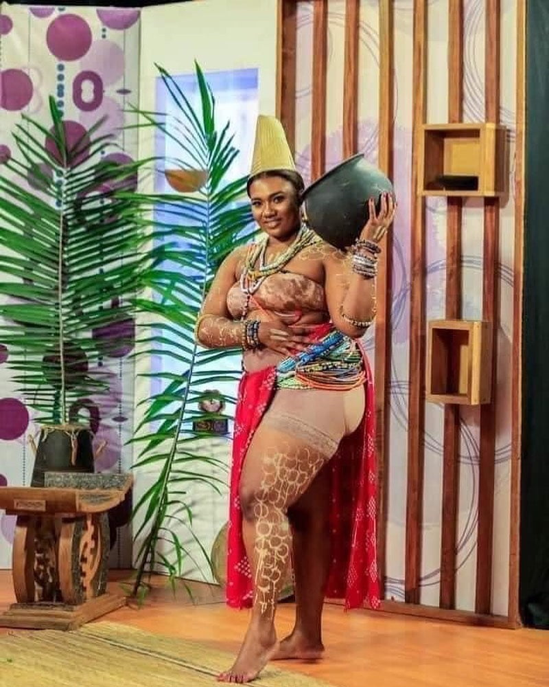 Abena Korkor wears fake butts On live television and Ghanaians on social media can't keep their cool. 1