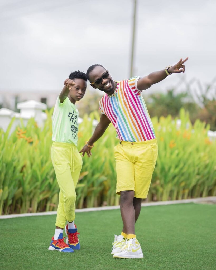 Okyeame Kwame and his son, twin up in stunning kente outfits (photo) 2
