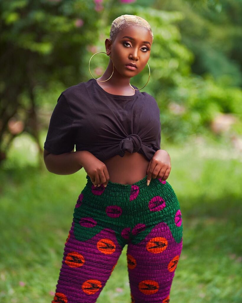 Blogger accuses Fella Makafui of being a lesbian dating Lharley before meeting Medikal. 2